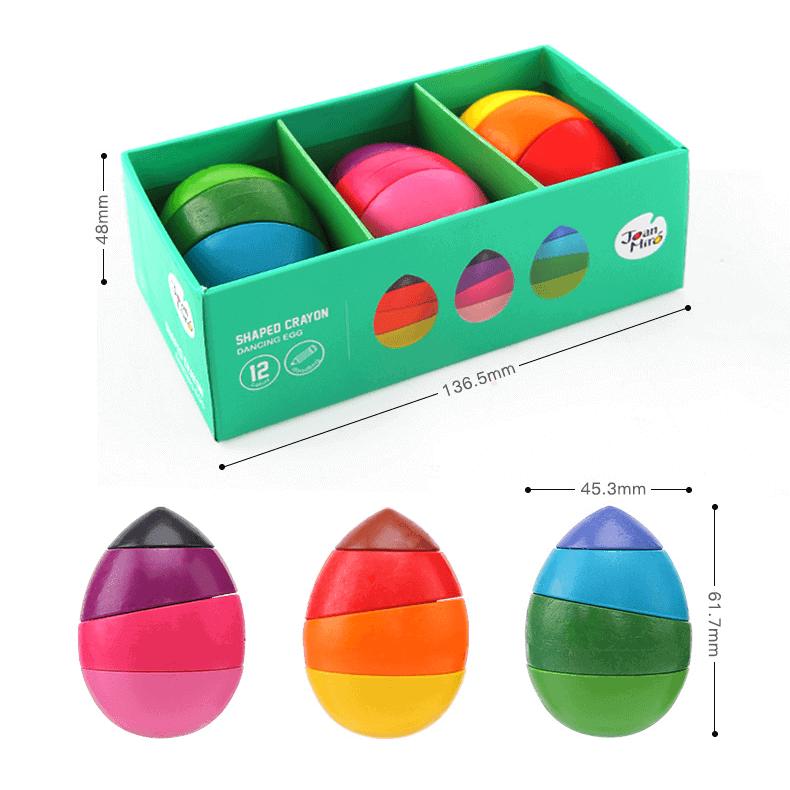 สีเทียนรูปทรงไข่ 12 สี มาในรูปไข่ 3 ฟอง ขนาดเล็กจับง่าย เหมาะสำหรับเด็ก ตัวสีเทียนสามารถแยกชิ้นส่วนแล้วนำมาต่อใหม่ได้ ทำให้ได้รูปแบบสีใหม่ในการระบาย ช่วยเสริมพัฒนการการจับ กล้ามเนื้อมัดเล็ก ตัวสีล้างออกง่าย